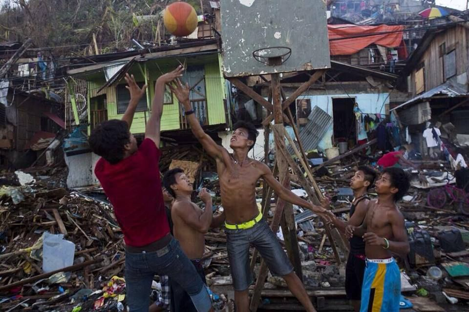 Puede parecer que el tifón de Filipinas se lo ha llevado todo, pero el espíritu, la ilusión y el amor por las cosas con las que uno disfruta jamás te las pueden arrebatar. (Foto: David Guttenfelder/AP)(FEB)