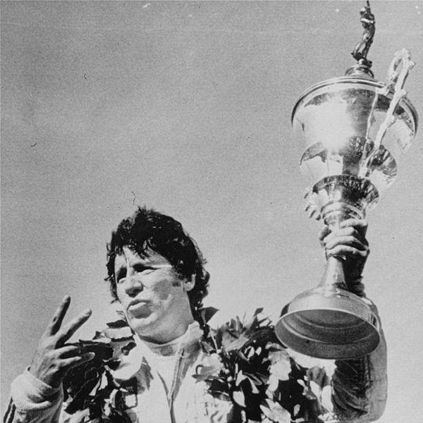 """MOTIVACIÓN.-<br />""""El deseo es la clave de la motivación, pero son sólo la determinación y el compromiso de perseguir infatigablemente tu meta los que te llevarán a conseguir el éxito que buscas.""""  Mario Andretti.<br /><br />Andretti es la primera y única persona en ganar las 500 Millas de Indianápolis, las 500 Millas de Daytona y la Fórmula 1."""