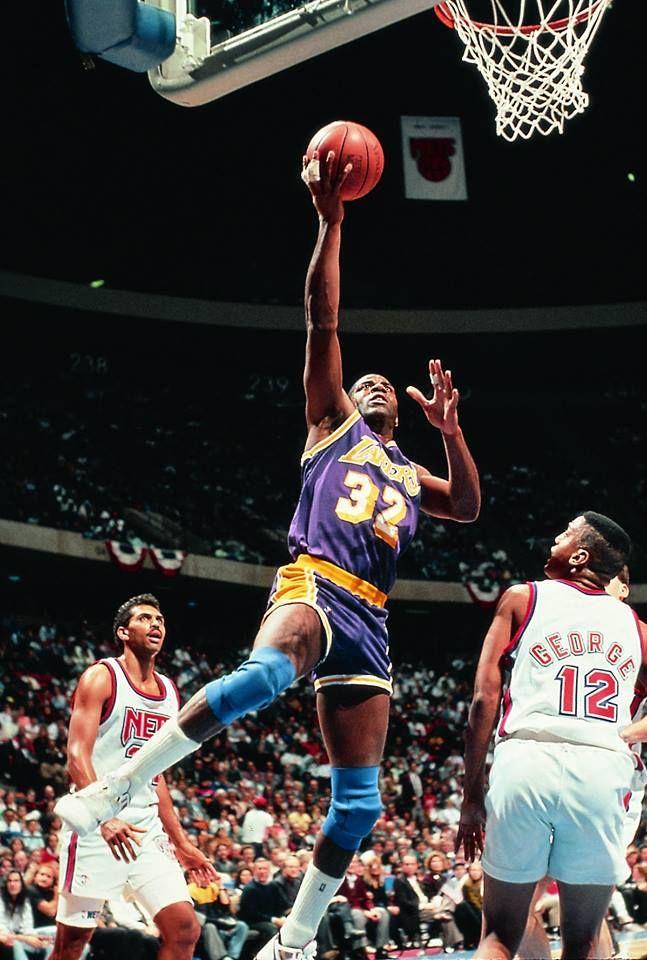 LA MAGIA.<br />Si hacer mates de pívot, moverte como un base, repartir como un cartero o conseguir que tu camiseta siga volando en el Staples Center no es hacer Magia, entonces, es que no existe. Hoy hace 22 años desde que 'Magic' Johnson anunció que dejaría de hacer todo tipo de trucos en las canchas de baloncesto.